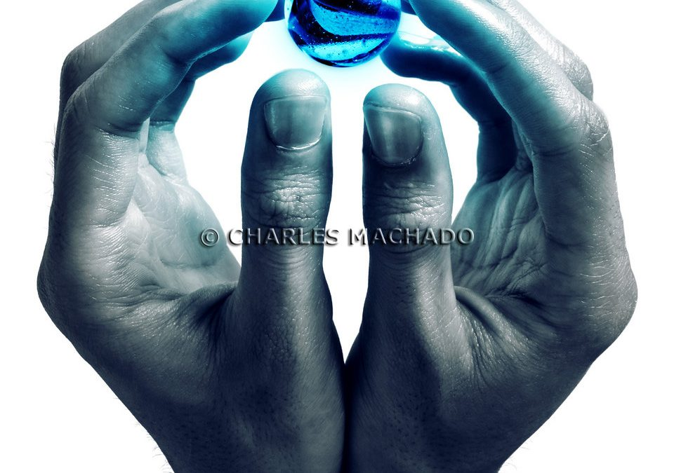 Fotografia criativa – Blue ball in hands