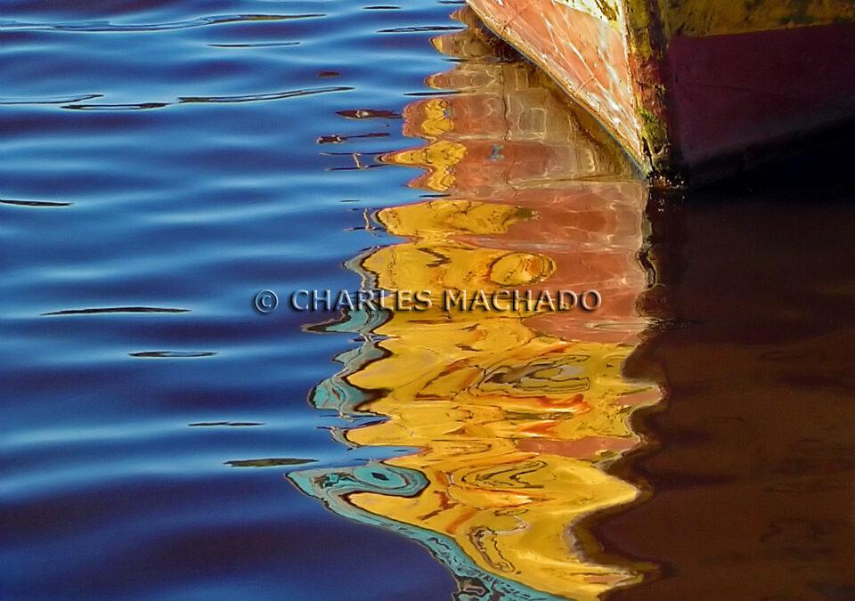 Fotografia criativa – Colored boat refleted on water