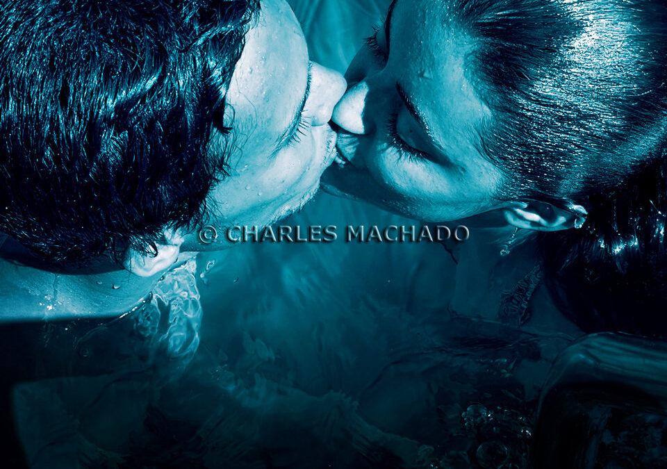 Fotografia criativa – Couple in love in the blue swimming pool