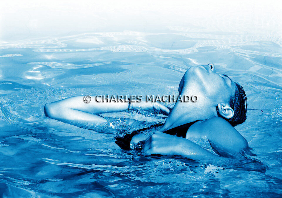 Fotografia criativa – Girl in the water staring at the blue sky